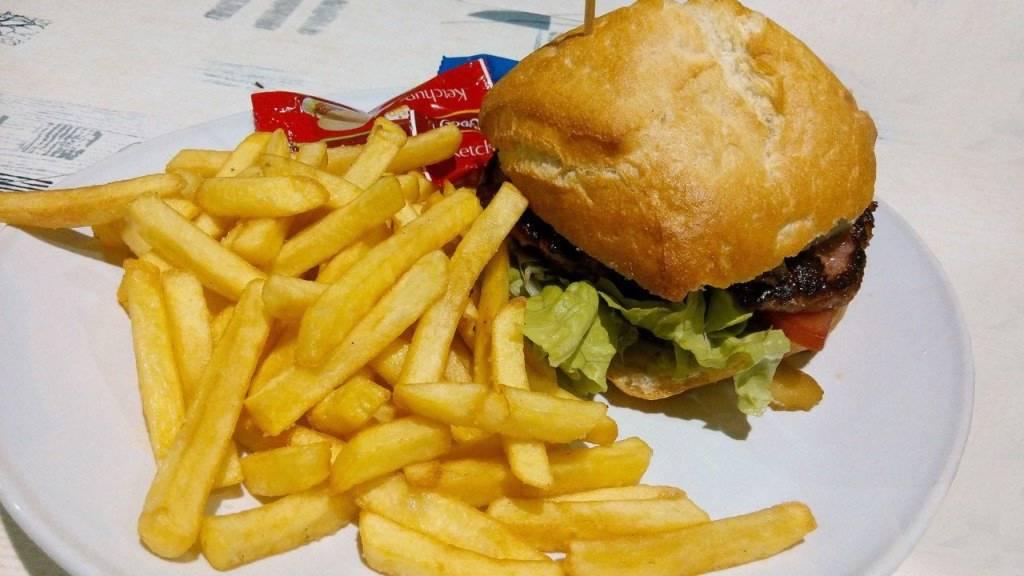 Fast foody nie są polecane w czasie upałów ze względu na ciężkostrawność